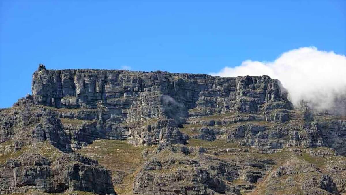 陡峭的巨大岩石頂懸崖