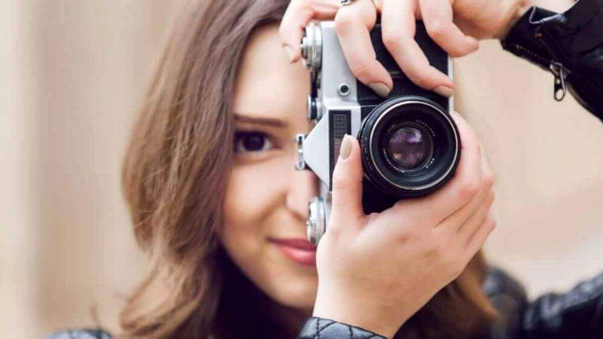 girl-takes-close-up-photo-photography
