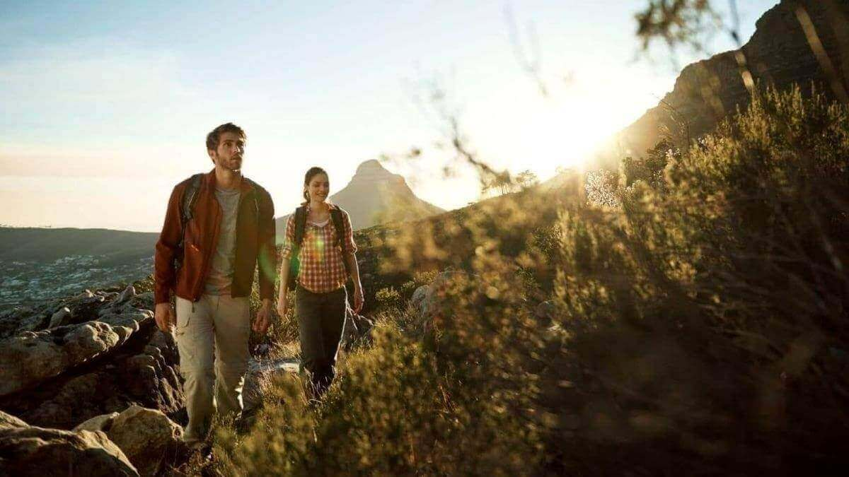 vacation-couples-hikes-table-mountain-alone